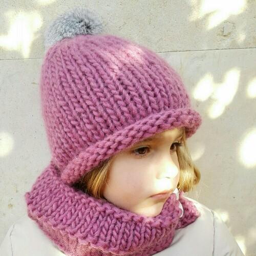 Gorro de lana con pompón de pelo para niña en rosa viejo b5093d34b30