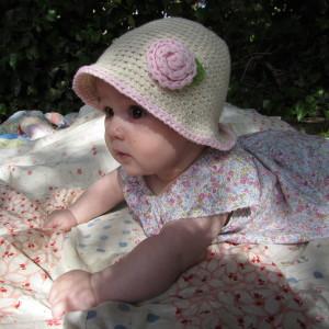 a125e881f2dbe Gorro bebé de verano Crudo con flor en algodón de 5 a 12 meses