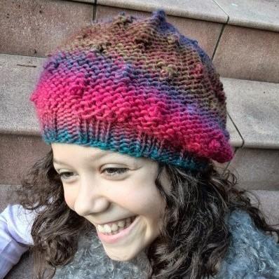 Gorro boina hecha a mano para chica de lana multicolor con garbanzos d3f9b6d76d8