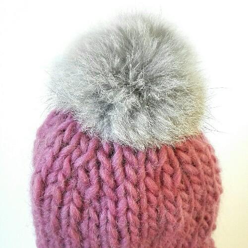Gorro de lana con pompón de pelo para bebé en rosa viejo 9f6c15a65cf