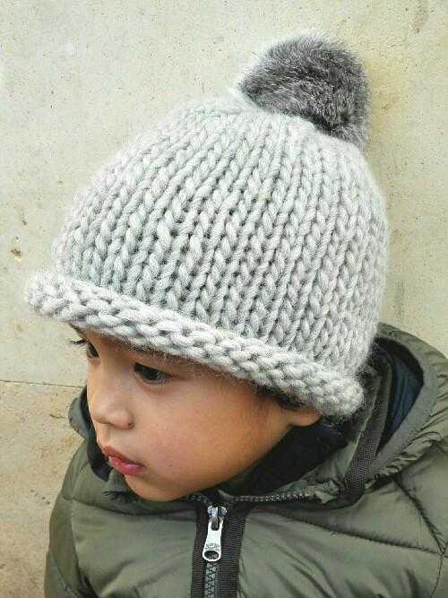 e0cdca43e Gorro de lana gris con pompón de pelo natural para niños de 1 a 3 años