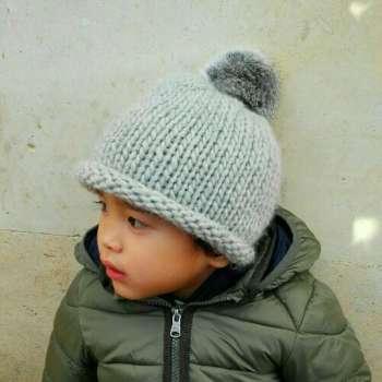 Gorro de lana gris con pompón de pelo natural para niños de 1 a 3 años 7b424bba388