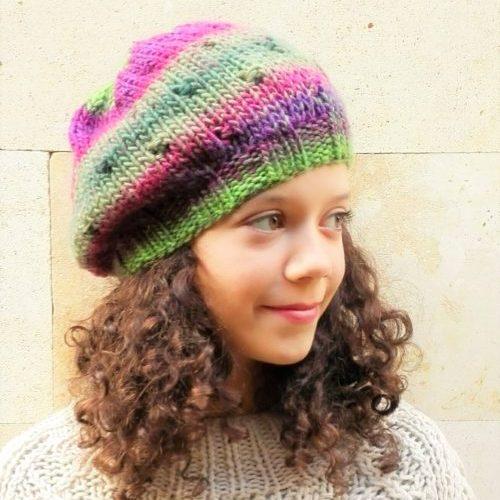 Gorro boina con garbanzos hecho a mano para chica en lana mezclada con  violetas y verdes 994cbcfd9cb