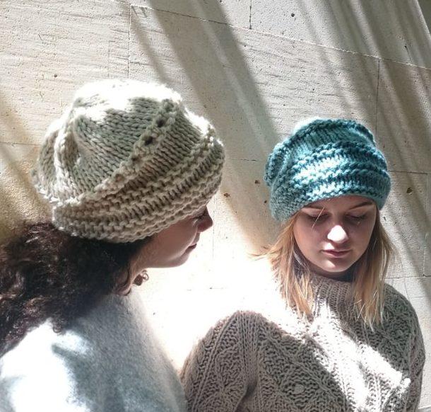 Gorro de lana mujer hecho a mano caído con calado en 3 colores ab354db3b21