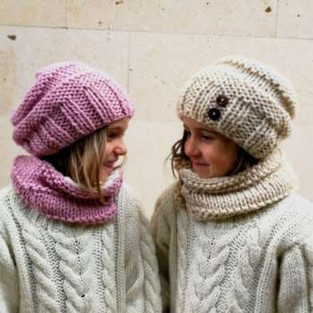 Gorro boina de lana para niña tejida a mano con botones en Rosa o Beige  claro fe3464031db