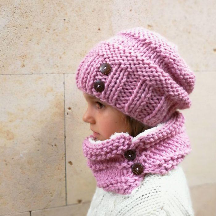 87aae90d0 Gorro boina de lana para niña tejida a mano con botones en Rosa o Beige  claro